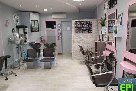LP 1887 SAUMUR salon de coiffure particulièrement bien placé avec accès et stationnement aisés. Salon équipé et aménagé, lingeri 38000 49400 Bagneux