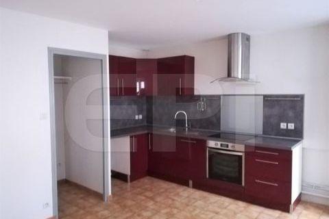 8692 - Vallères, maison de bourg offrant en RdC une cuisine aménagée et équipée ouverte sur la pièce de vie, placard et WC. à l' 138900 Langeais (37130)