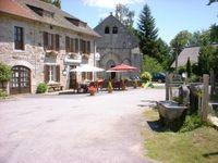 Un charmant restaurant et bar ensemble au coeur d'un village paisible. À côté de la fontaine du village et la chapelle. 195000