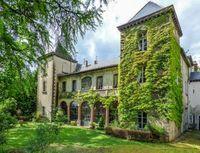 Très beau château du XVII degree siècle, en grande partie rénové, à 15 mn du lac du Bourget, dans un parc clos de 2.7 ha. 1040000
