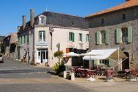 Bar, Hotel, Restaurant et appartement offrant trois chambres et fonds, situé dans une village avec des petit commerces. 172800