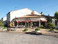 Bar, Restaurant, Motel avec tous ses matériaux,  fonds de commerce, appartement offrant deux chambres, piscine et jardin privé. 359000