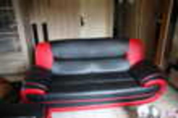 canap�s 2 et 3 places noirs et rouges tr�s bon �tat (72) - 250 €