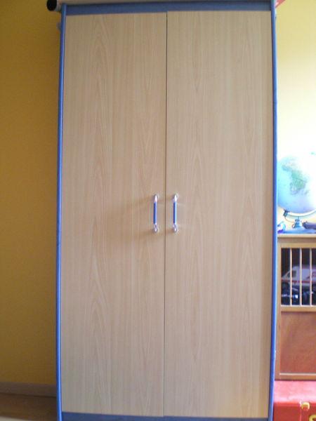 chambre à coucher enfant bleue et bois