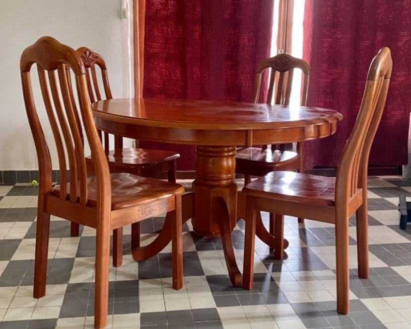 Belle table et chaises de salle à manger  250 Le François (97)